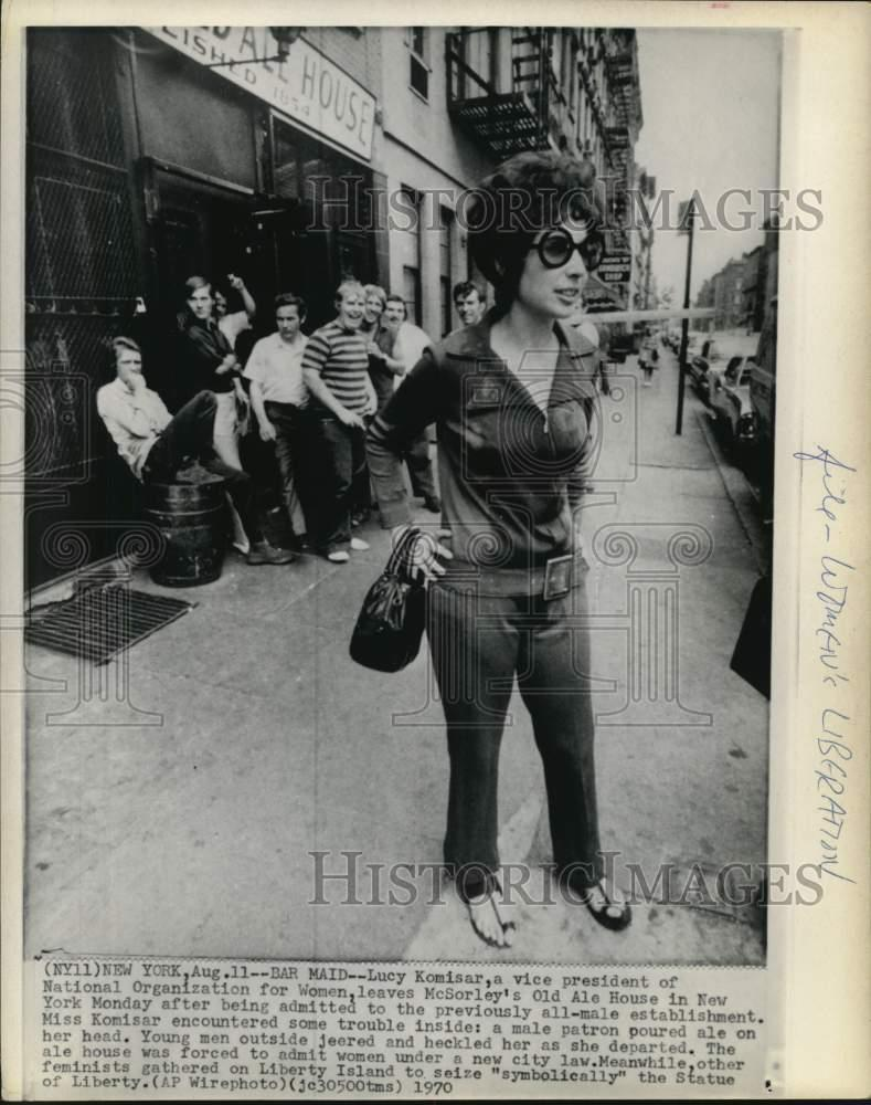 1970 Press Photo Lucy Komisar jeered by men at McSorley's Old Ale House, NY - Historic Images Part Number: piw06821